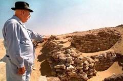 Jean Leclant à Sakkara en Egypte en 1995