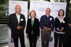 Geneviève Fioraso entourée des lauréats du Prix Goût des sciences 2012
