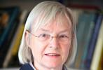 Geneviève Fioraso félicite Margaret Buckingham, médaille d'or du C.N.R.S.