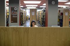 Etudiants dans bibliothèque
