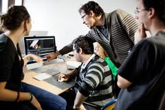 Groupe d'étudiants devant un ordinateur