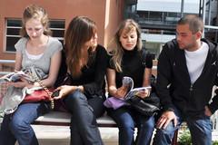 paris8-etudiants-sur-un-banc
