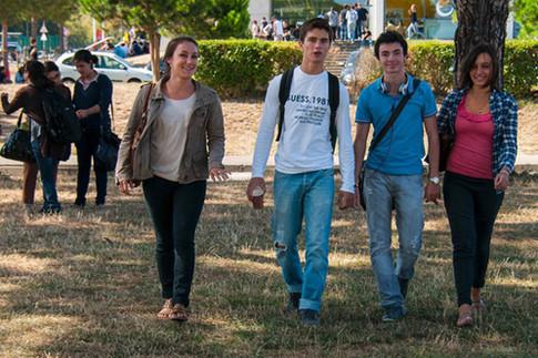 étudiants marchant ensemble