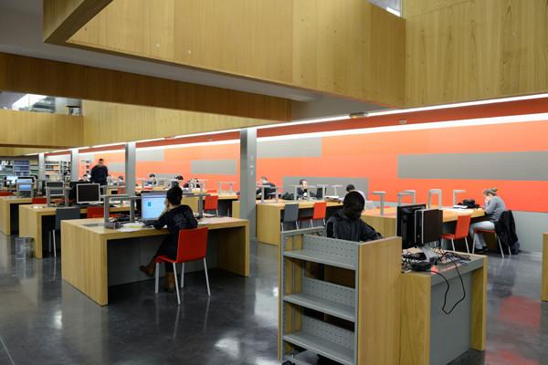 Étudiants qui travaillent sur des ordinateurs