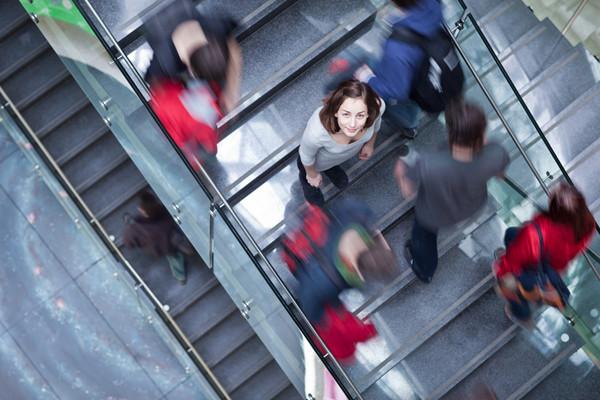 Étudiante montant un escalier
