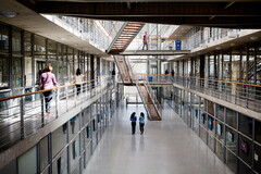 Étudiants dans le hall de l'université