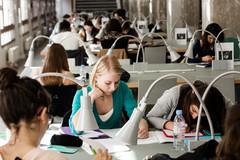 Étudiants qui travaillent
