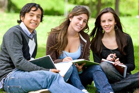 etudiants-assis-exterieur-campus.jpg