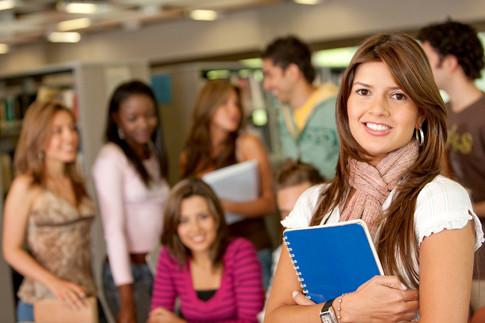étudiante souriant de face