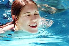 étudiante dans piscine