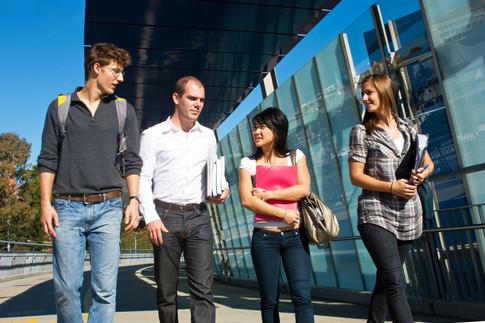 Groupe d'étudiants marchant à l'extérieur