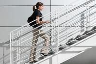 etudiante-montant-un-escalier