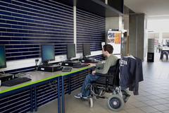 etudiant handicapé travaillant sur un ordinateur