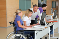 Etudiante en fauteuil roulant avec enseignant