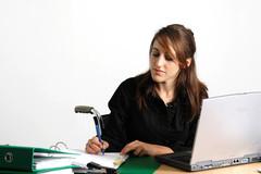 Jeune femme étudiant en fauteuil roulant