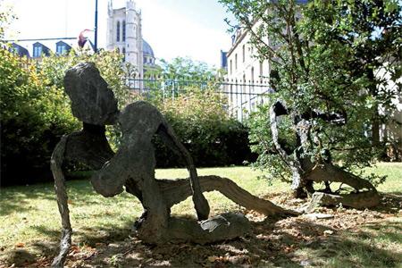 Sculptures végétales sur la pelouse de la cour d'honneur