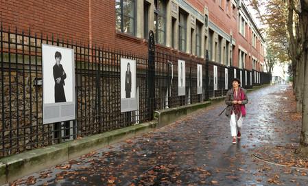 Exposition Infinités Plurielles sur les grilles de l'E.S.C.P.I à Paris