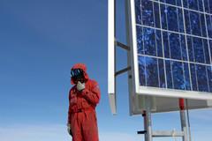 Panneaux-solaires-alimentant-les-batteries-du-sismomètre