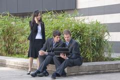 Étudiants discutant devant une entreprise