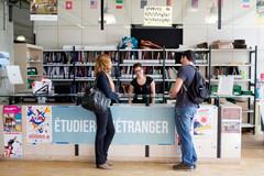 Etudiants devant un stand étudier a l'étranger
